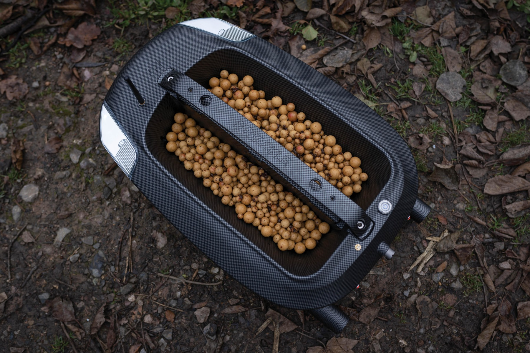 The two hoppers can accommodate 1.5kg of bait each and are independently controlled.